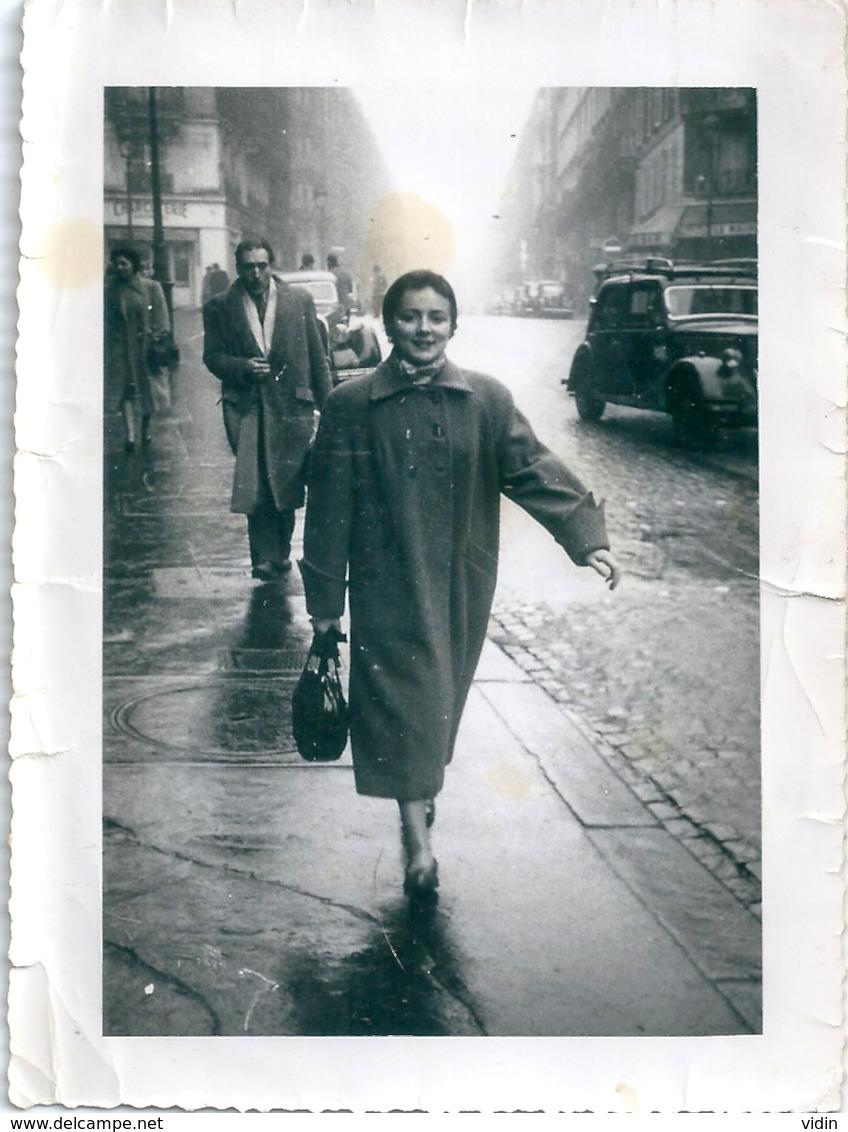 Photo Originale Jeune Femme Dans La Rue Sous La Pluie - Pin-up
