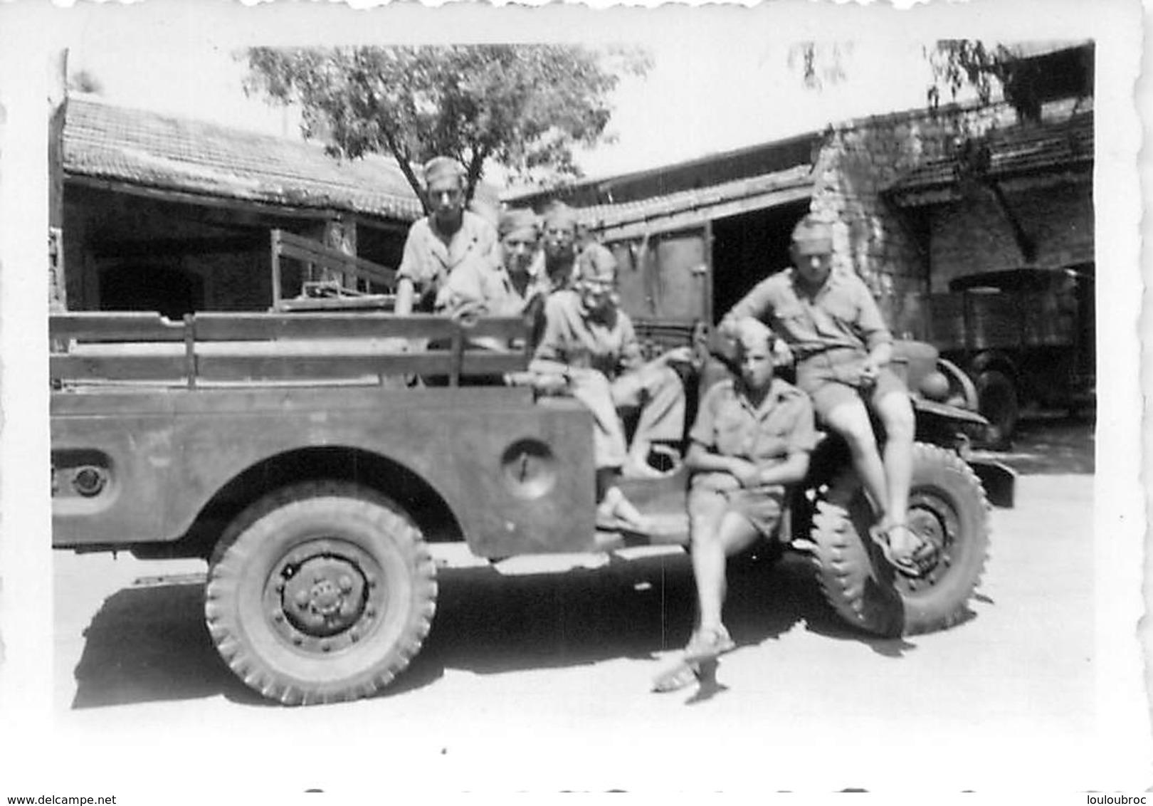 PHOTO ORIGINALE GROUPE DE SOLDATS DANS UN VEHICULE  9 X 6 CM - Guerre, Militaire