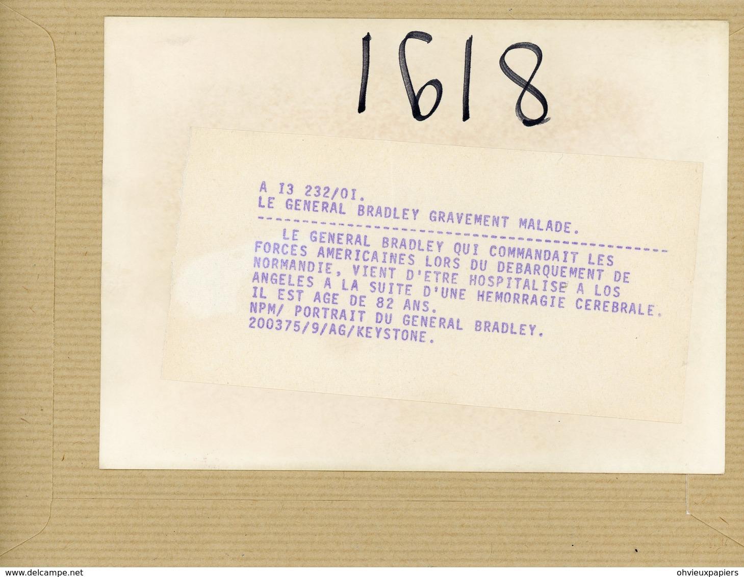 Photo Originale , Le Général  BRADLEY   Commandant Les Forces Américaines Lors Du Débarquement - Guerre, Militaire