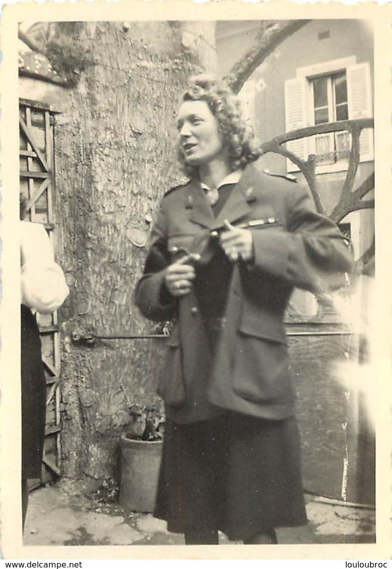 PHOTO FEMME HABILLEE EN MILITAIRE  8.50 X 6 CM - Guerre, Militaire
