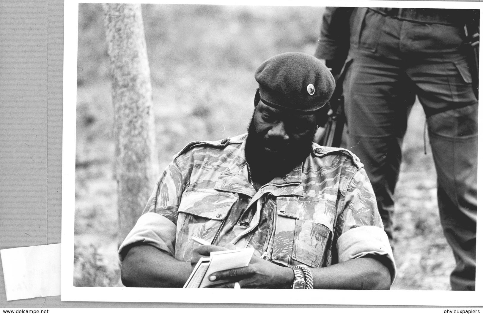 Photo Originale , ANGOLA Le Président JONAS SAVIMBI  Dans Le Maquis - Guerre, Militaire