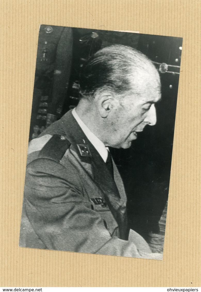 Photo Originale , Le Général  SALAS LARRAZABAL  Au Conseil De Régence  En 1975 - Guerre, Militaire