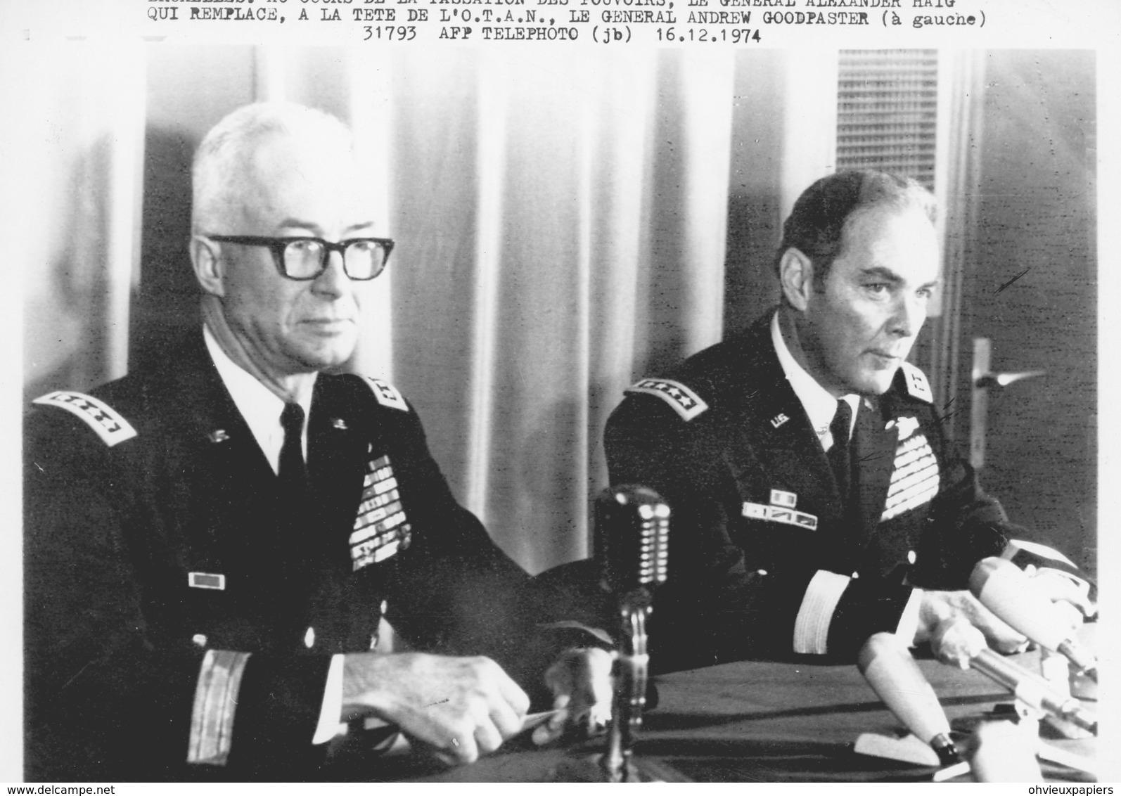 Photo Originale , OTAN .   Passation De Pouvoirs , Les Généraux ALEXANDER HAIG  Et ANDREW GOODPASTER 1974 - Guerre, Militaire