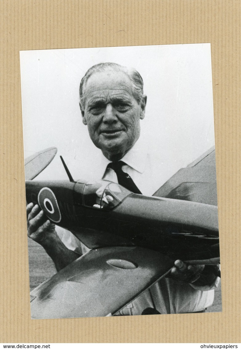 Photo Originale , Le Group Captain  DOUGLAS BADER  L'as De La  RAF  Surnommé  L'as Cul De Jatte - Guerre, Militaire