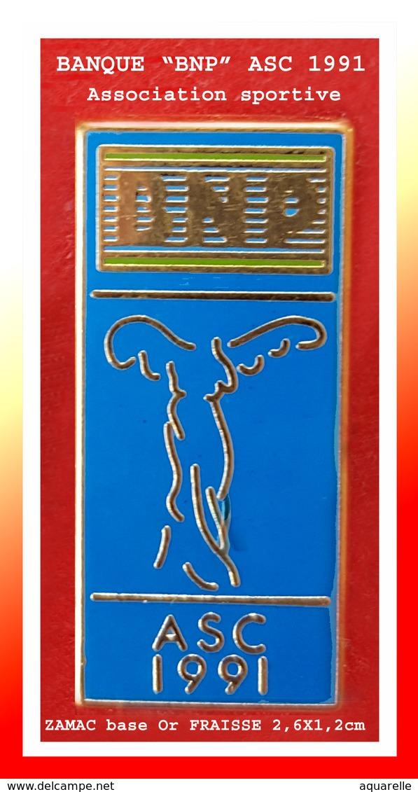 """SUPER PIN'S BANQUES : """"BNP"""" ASC (Association Soirtive) En ZAMAC Base Or, Signé FRAISSE Paris, Format 2,6X1,2cm - Banche"""