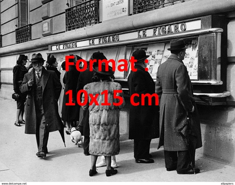 Reproduction D'une Photographie Ancienne De Passants Lisant Le Journal Figaro Sur Les Murs à Paris En 1940 - Reproductions