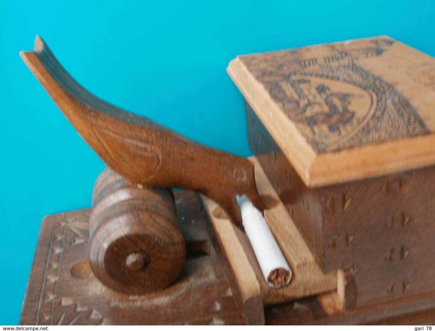 Boite En Bois, Distributeur De Cigarettes Mécanique Avec Un Oiseau - Boites à Tabac Vides