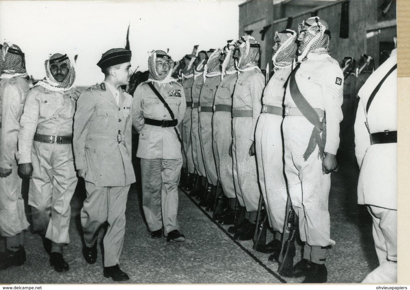 Photo Originale . Le Roi HUSSEIN  Accompagné De  GLUBB PASHA  Passe En Revue La Garde à  AMMAN - Guerre, Militaire