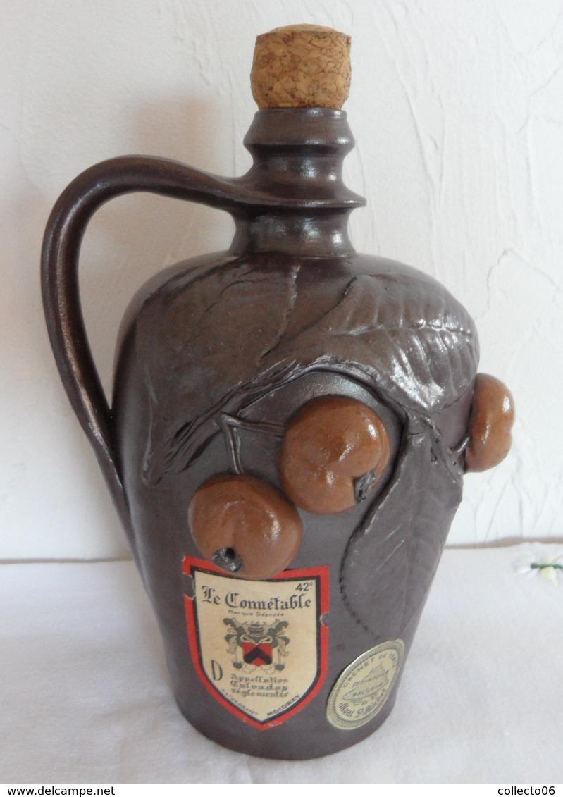 Pot En Céramique Le Connétable Décor Fruit Provenance Exclusive Du Mont Saint Michel - Autres Bouteilles