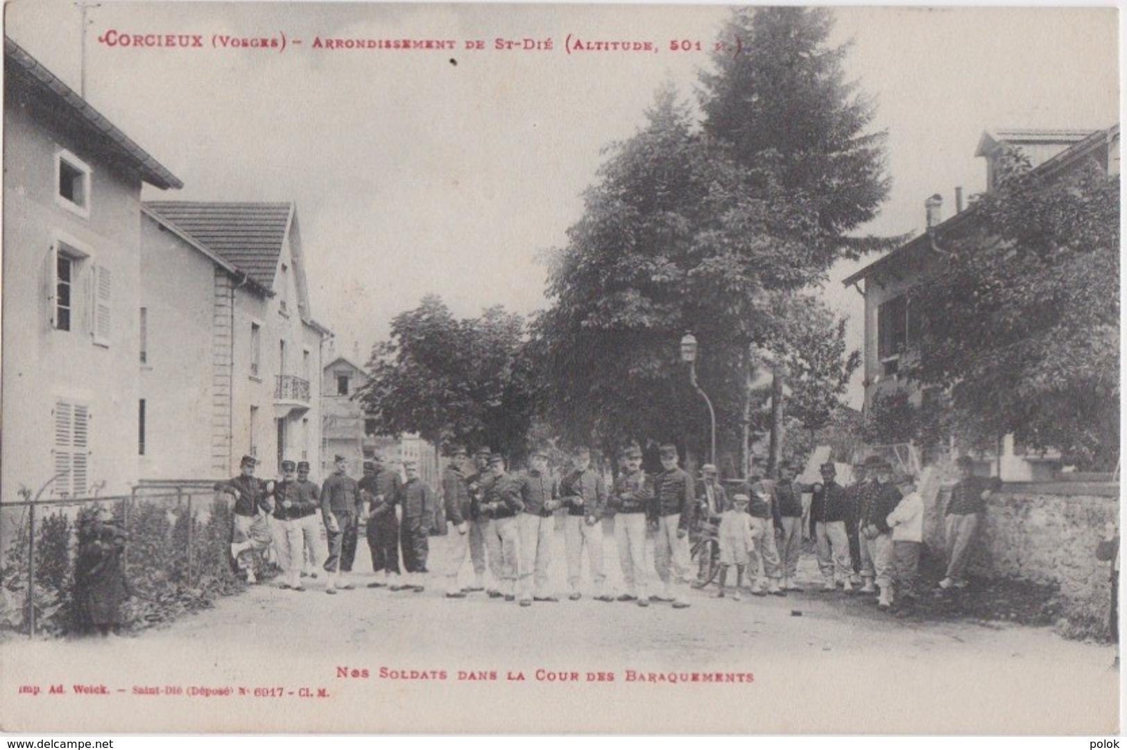 Bu - Belle Cpa CORCIEUX (Vosges) - Nos Soldats Dans La Cour Des Baraquements - Arrondissement De St Dié - Saint Die