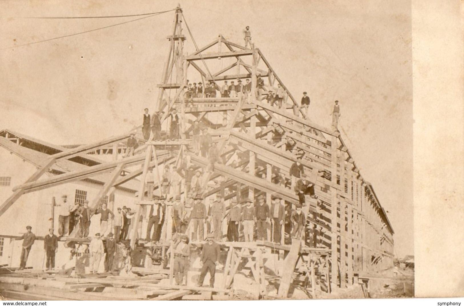 Construction. CPA Photo. Ouvriers Travaillant Sur L'ossature D'une Grande Maison.  Belle Charpente, - Artigianato