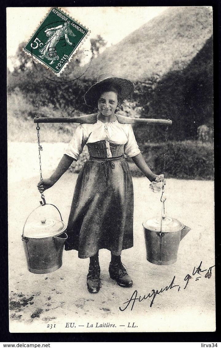 CPA ANCIENNE- FRANCE- EU (76)- LA LAITIERE TRANSPORTANT DES SEAUX DE LAIT AU JOUG- COSTUME - Eu