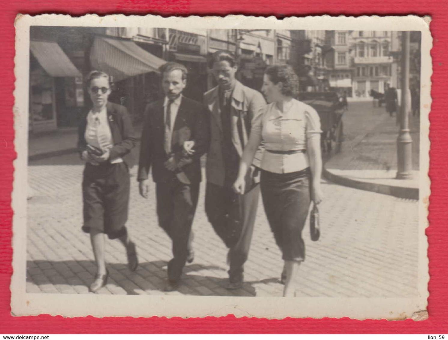 244908 / Sofia - WOMEN TWO Guy Man STREET 1939 , Vintage Original Photo , Bulgaria Bulgarie - Personnes Anonymes