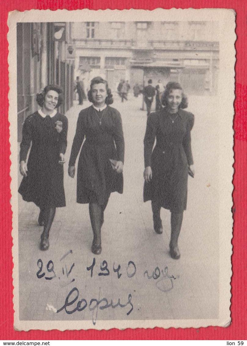 244880 / Sofia - 1940 Three Sexy Lady Woman STREET  , Vintage Original Photo , Bulgaria Bulgarie - Personnes Anonymes