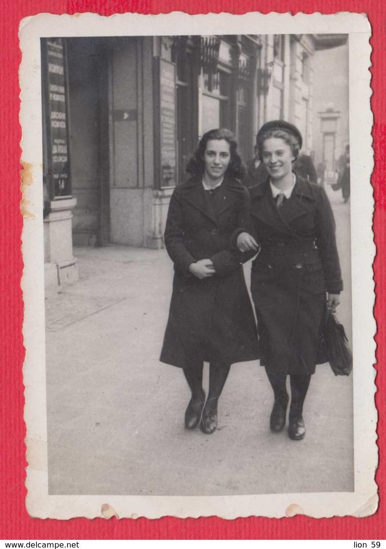 244882 / Sofia - 1941 TWO WOMAN LESBIAN STREET , Vintage Original Photo , Bulgaria Bulgarie - Personnes Anonymes