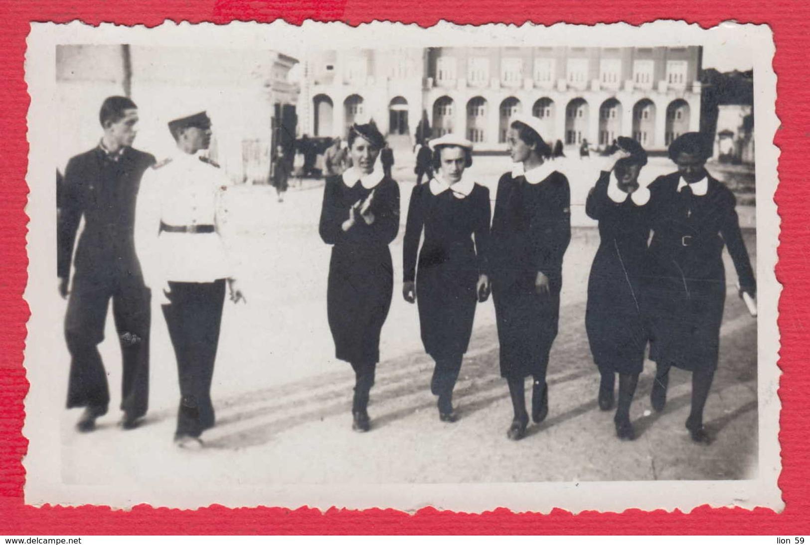 244965 / Pleven  - 1938 SCHOOL YOUNG MEN GIRLS SQUARE , Vintage Original Photo , Bulgaria Bulgarie - Personnes Anonymes