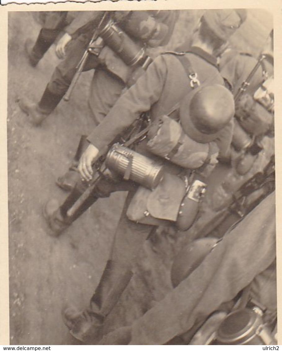 Foto Deutsche Soldaten Auf Dem Marsch - Rückengepäck Gasmaske Stahlhelm - 2. WK - 8*6cm  (42542) - War, Military