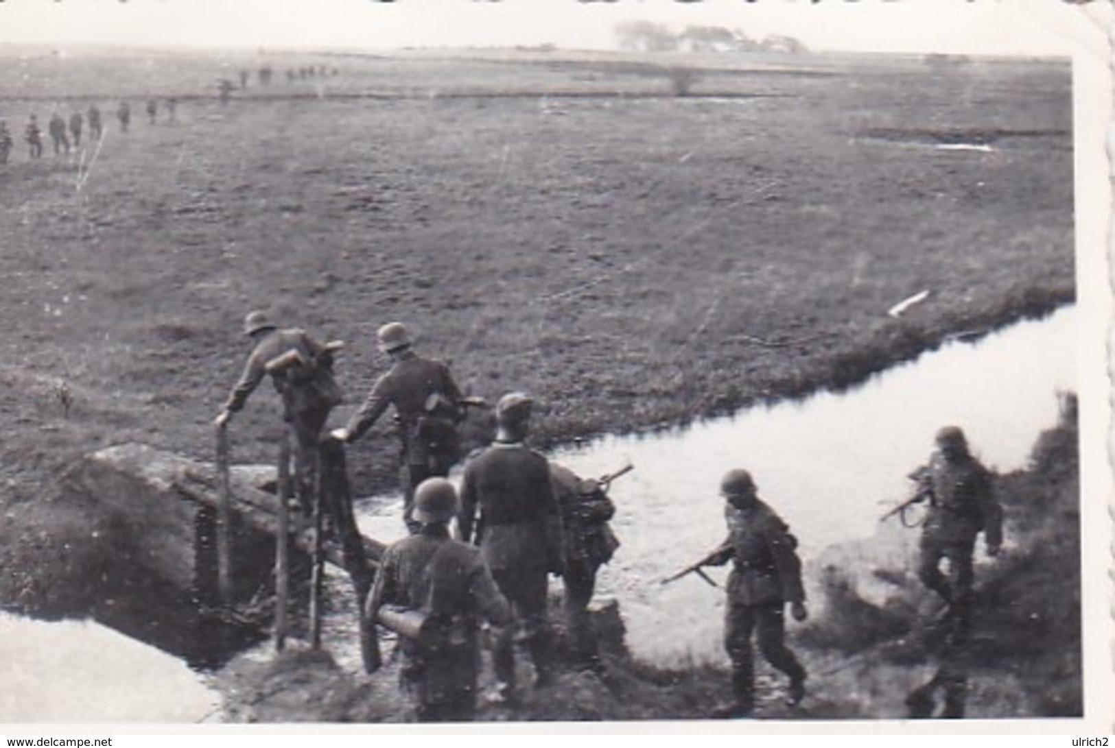 Foto Deutsche Soldaten Beim Überqueren Eines Baches - 2. WK - 8*5,5cm  (42547) - War, Military
