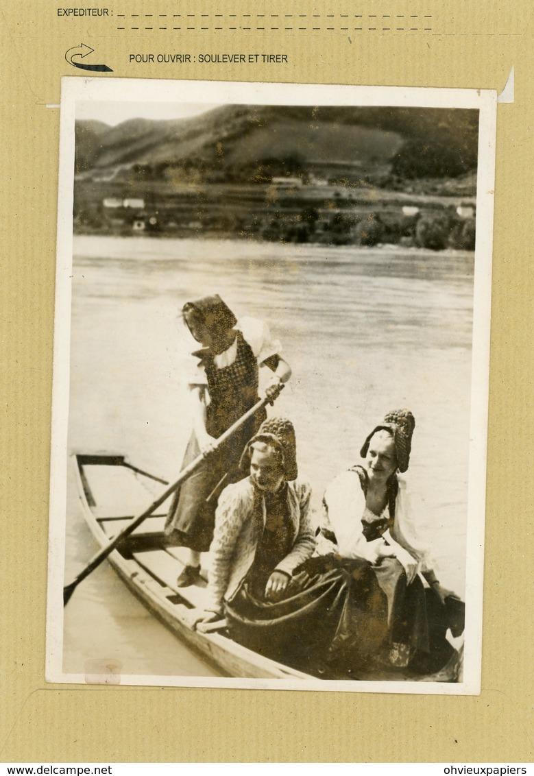 La France Sous Le Régime De Vichy . Jeunes Allemandes Faisant  Une Promenade En Barque - Guerre, Militaire
