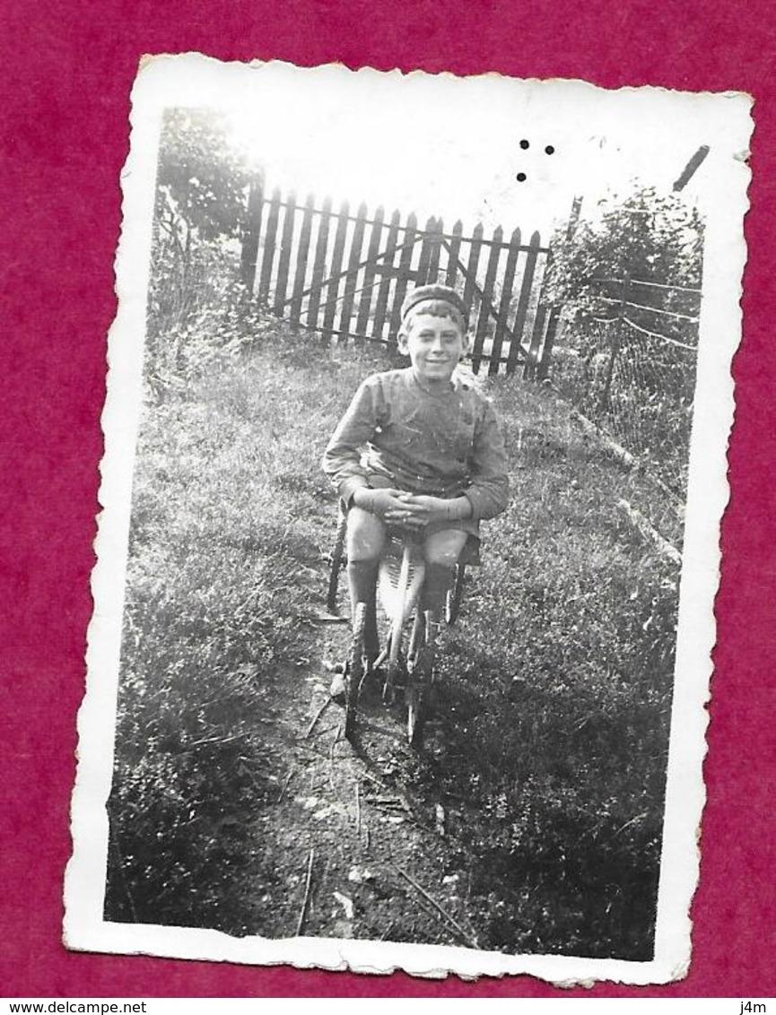 PHOTO 8,5 X 6 Cm Des Années 1940...ENFANT Sur Son Tricycle - Persone Anonimi