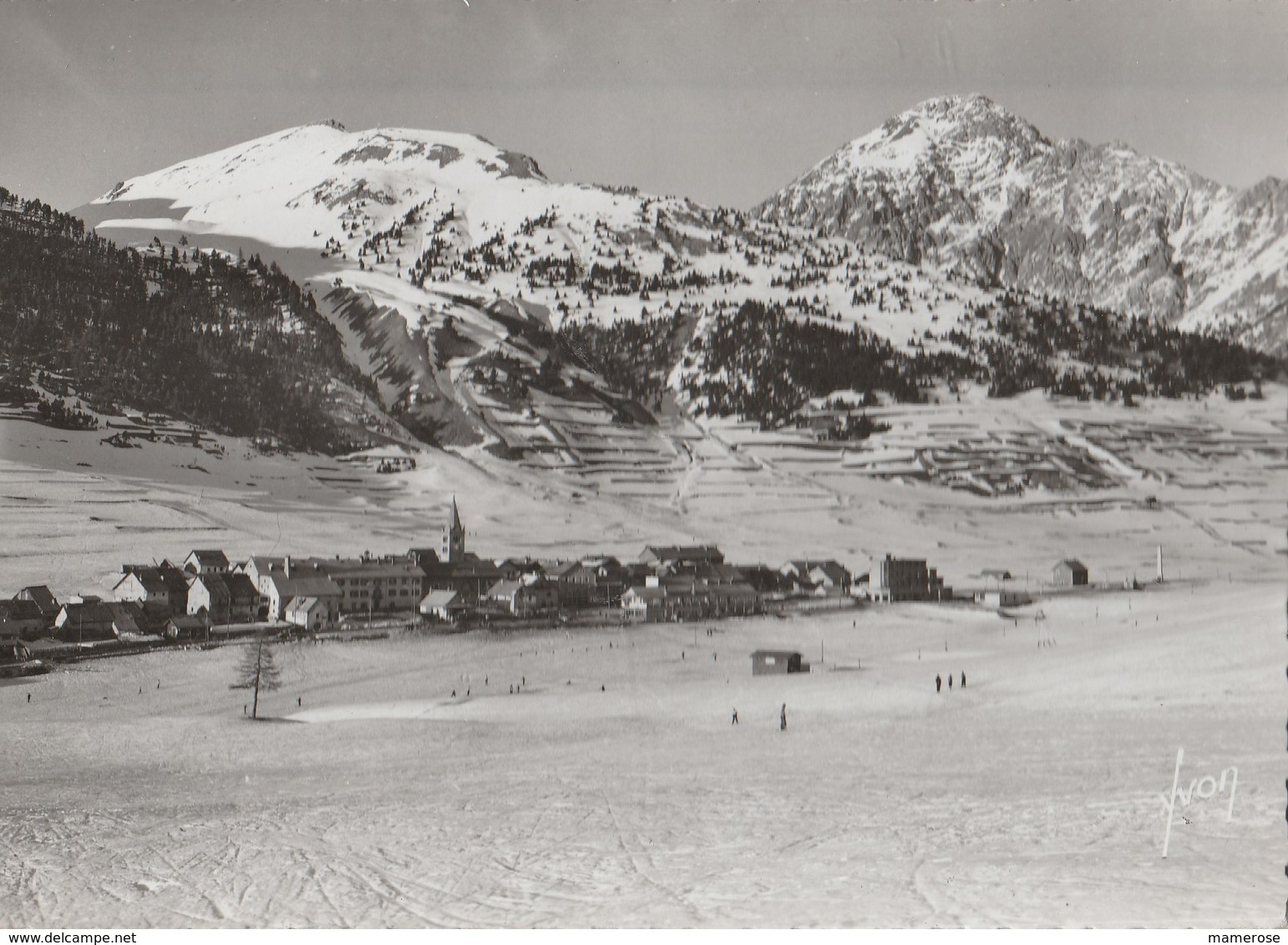 MONTGENEVRE (05). Les Champs De Neige Et Le Village. Skieurs (Sports D'hiver) Et Au Loin Le Chaberton. Carte Yvon - Francia