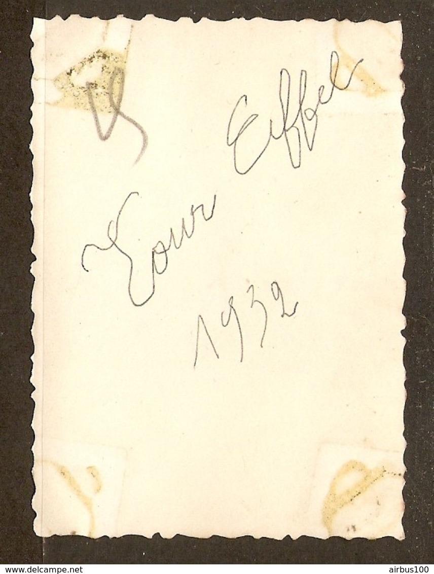 PHOTO ORIGINALE 1932 - PARIS La TOUR EIFFEL HOMME CHAPEAU  - EIFFEL TOWER MAN - Lieux