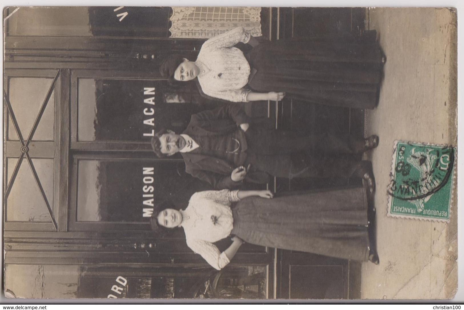 """CARTE PHOTO PARIS 18ème ECRITE DE CLIGNANCOURT EN 1909 : VITRINE DU CAFE """" MAISON LACAN """" ET LES PATRONS -z 3 SCANS Z- - Arrondissement: 18"""