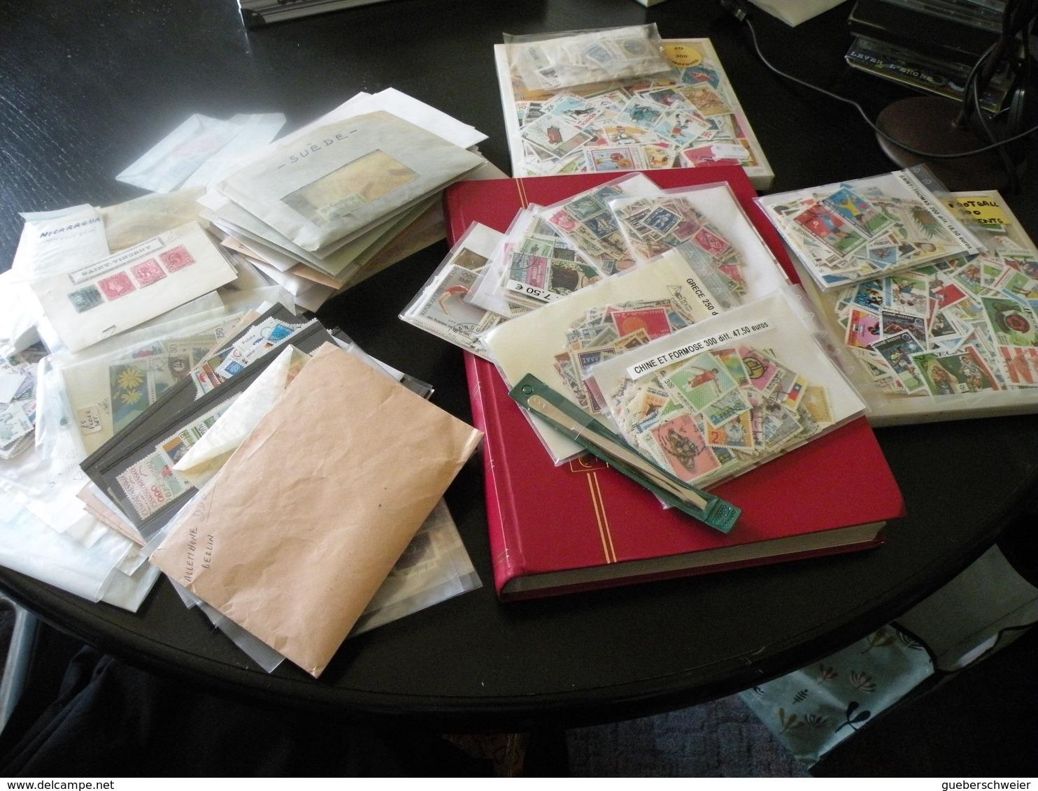 Carton De 2,5 Kg De Timbres En Pochettes Triés Par Pays Et Thèmes Soit Des Milliers De Timbres Avec Classeur - Stamps