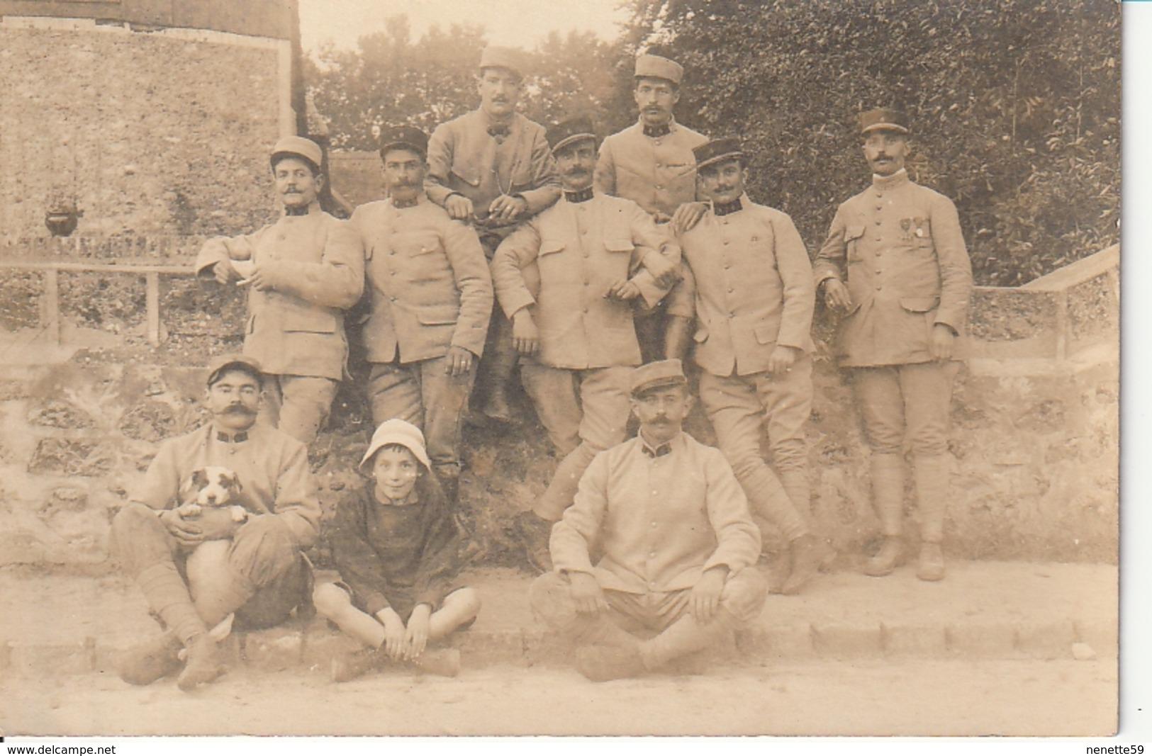 Carte Photo De Militaires ( Soldats Et Gradés ) Juste Avant Le Départ Sur Le Front En 1917 En Partance De VERSAILLES - Guerre 1914-18