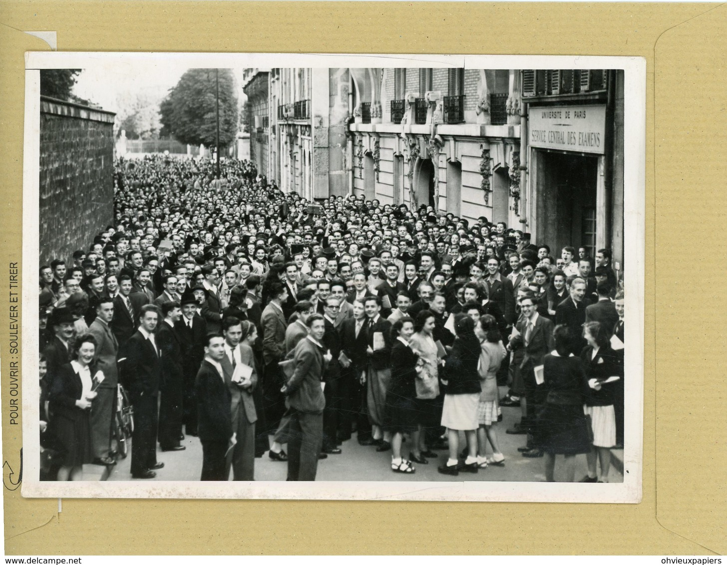La France Sous Le Régime De Vichy . PARIS  Le Baccalauréat , Rue Abbé De L'épée , La Foule - Lieux