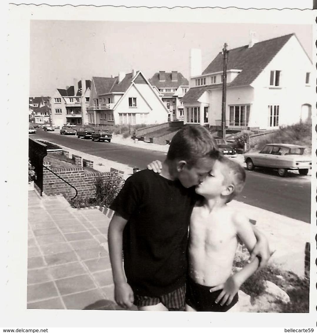 Photo Garçon Plage Gais Gay Boy  Année 1963 Coxyde Koksijde Format (9x9cm) - Personnes Anonymes