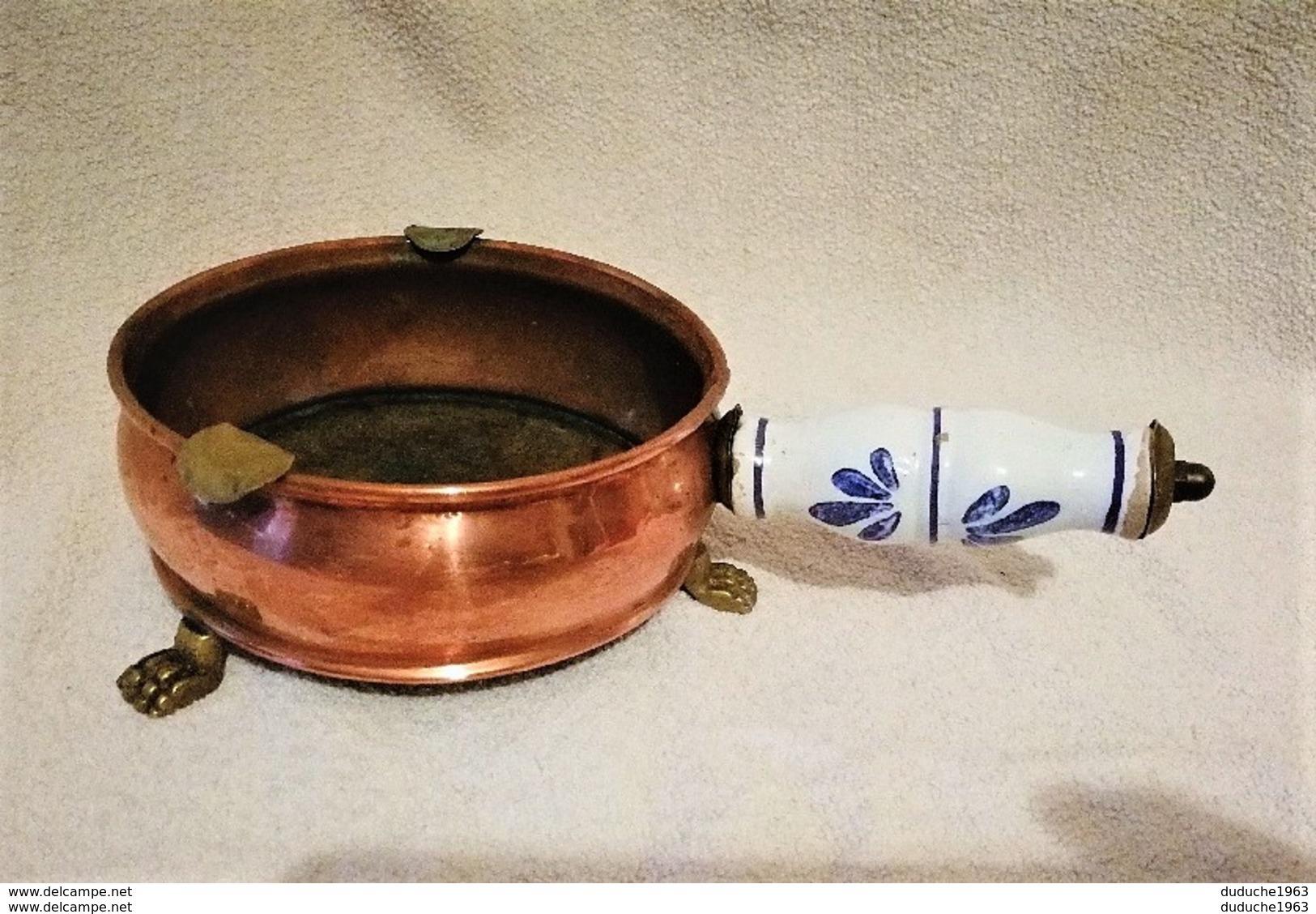 Ancien Cendrier De Table Brûle Papier Cuivre Et Poignée Porcelaine - Coppers
