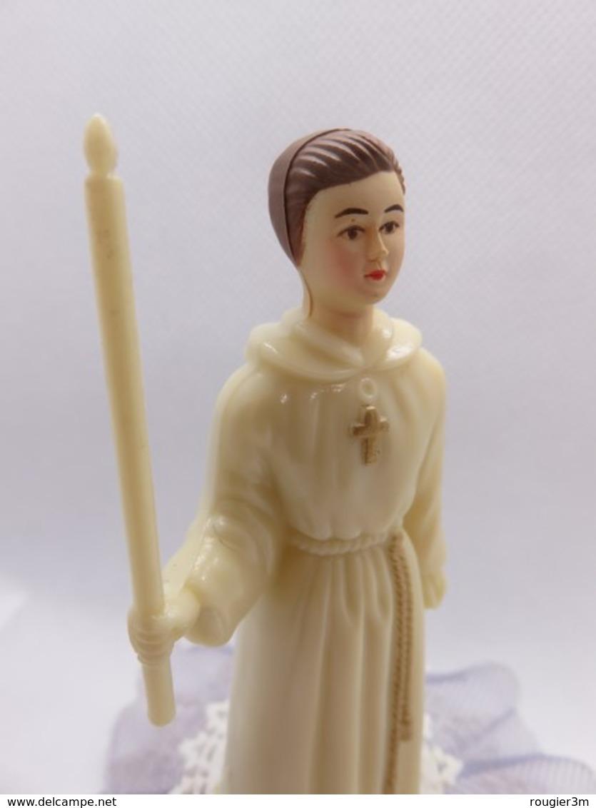 323 - Figurine Avec Cierge - Communion Solennelle - Haut De Pièce Montée - Figurines