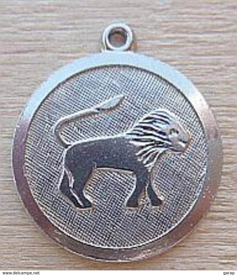 D3-Z010 Médaille Zodiac Lion,en Métal Gris Possible Ag Pas Vu De Poinçon - Religion & Esotericism