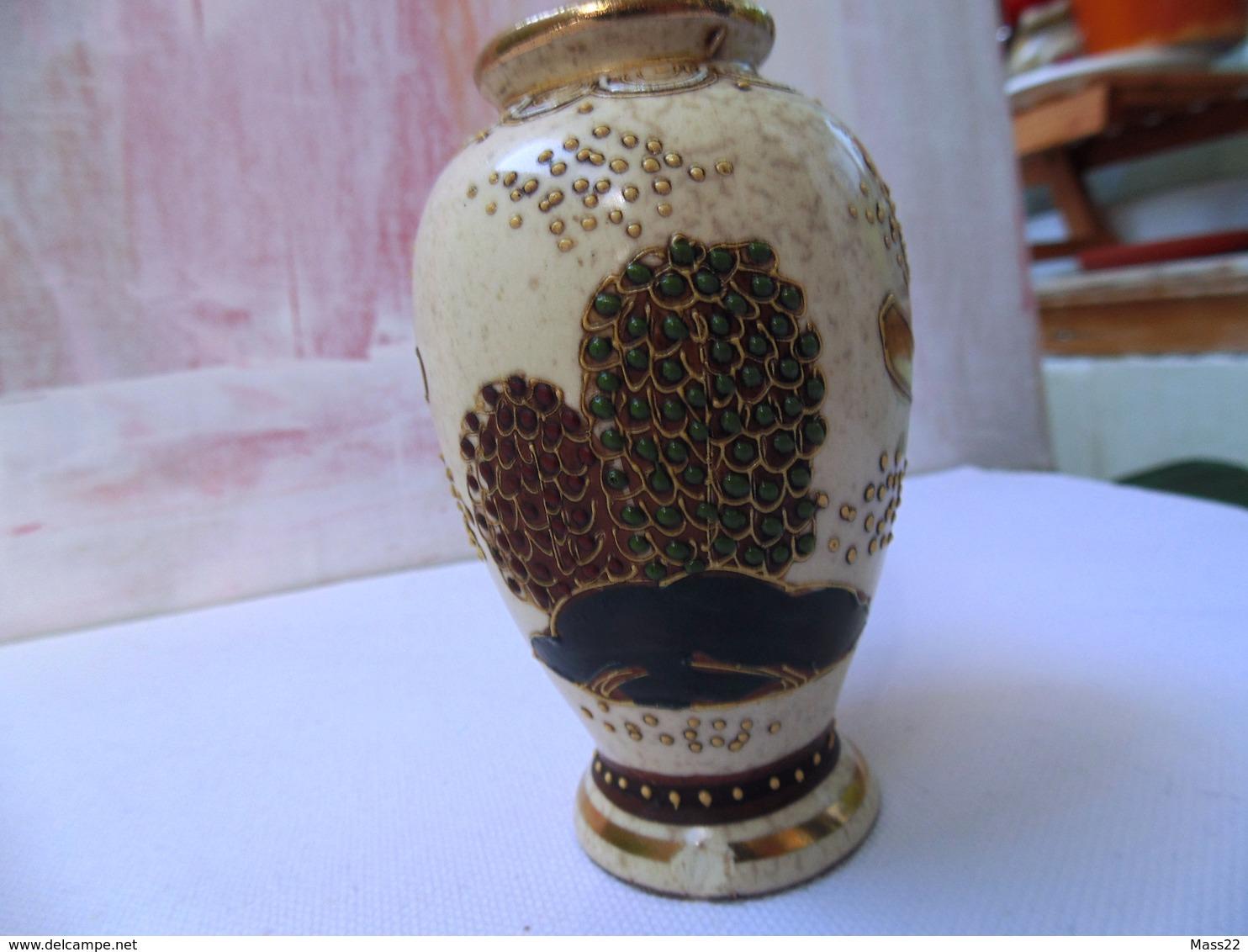 Small Satsuma Japan Vase With Decoration And Stamp In Gold - Kinkozan Tsukuru? Light Damage - Otros