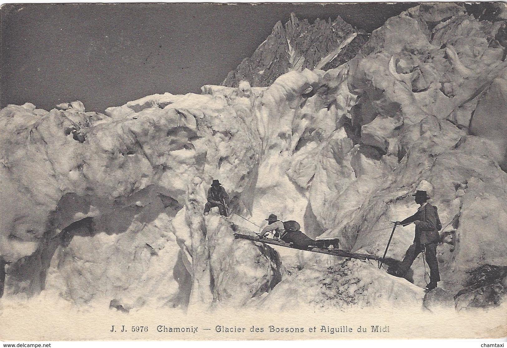 74 LES BOSSONS RANDONNEURS TRAVERSANT LE GLACIER DES BOSSONS SUR UNE ECHELLE  VALLEE DE CHAMONIX MONT BLANC JJ 5976 - Chamonix-Mont-Blanc