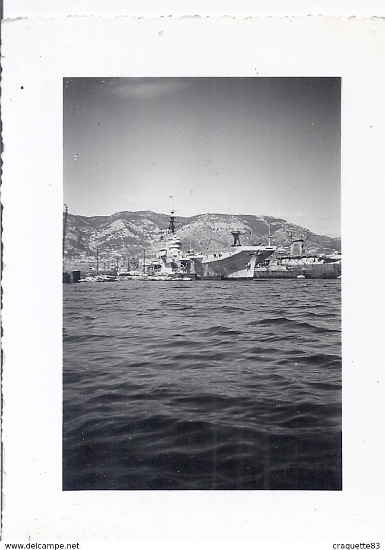 PORTE-AVIONS AU PORT - Barche
