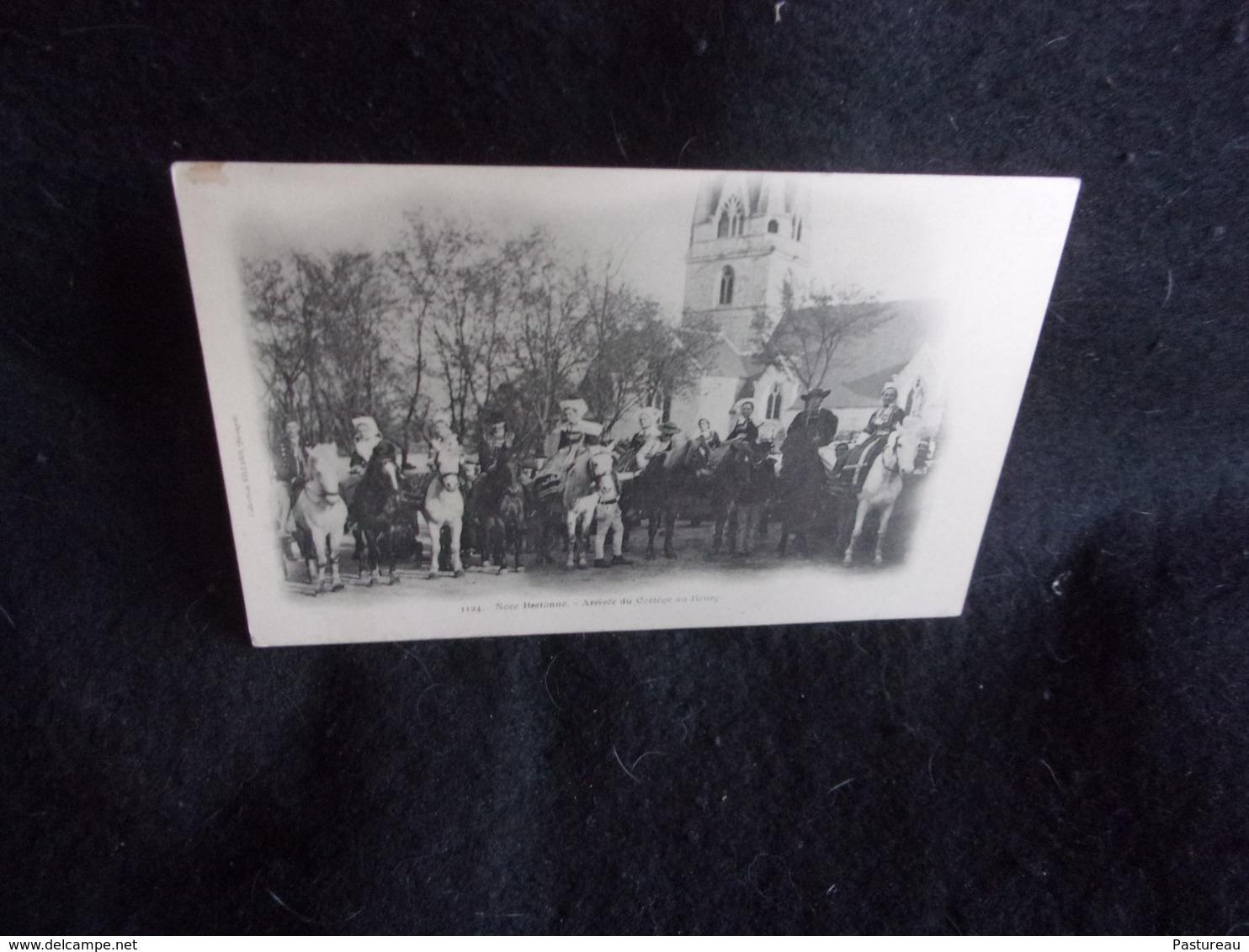 Finistère.Noce Bretonne.Arrivée Du Cortège ( Après La Cérémonie Religieuse ) Au Bourg .Avant 1903 .Voir 2  Scans . - France