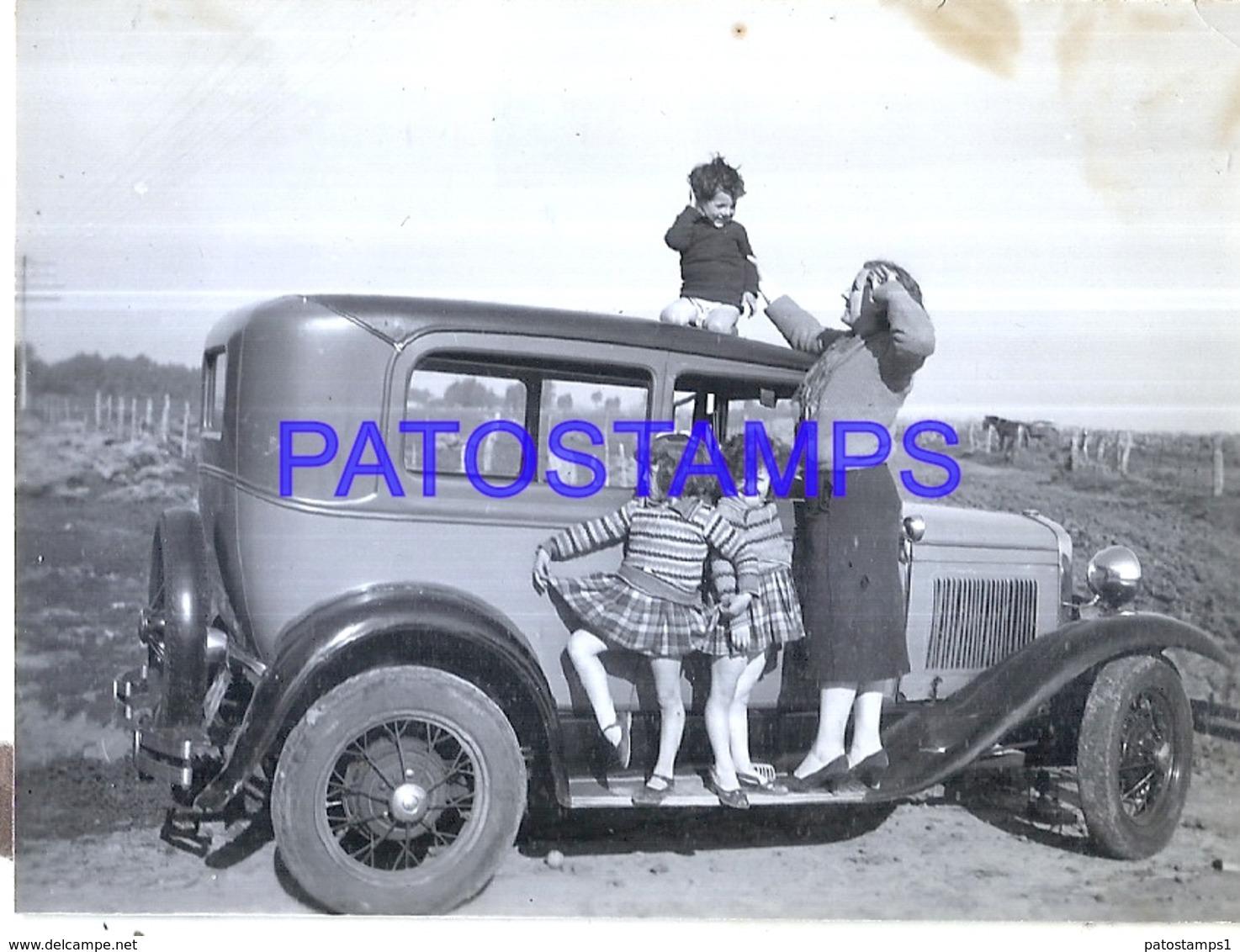 118737 AUTOMOBILE OLD CAR AUTO SEDAN AND FAMILY SPOTTED PHOTO NO POSTAL POSTCARD - Ansichtskarten