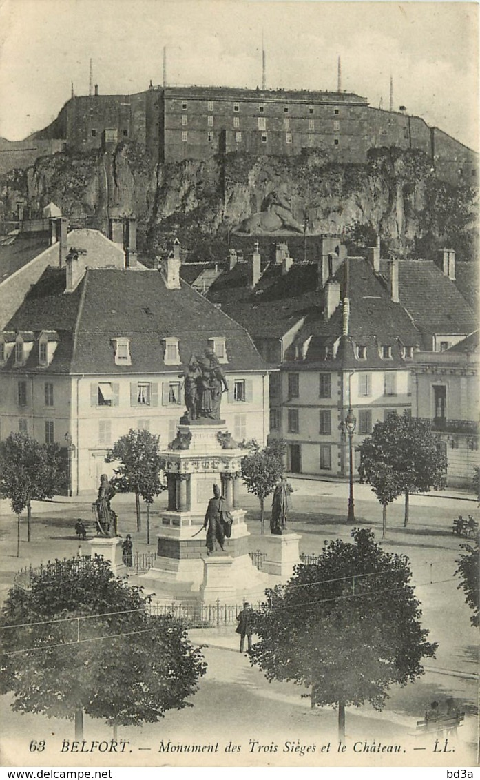 90 - BELFORT - MONUMENT DES TROIS SIEGES ET LE CHATEAU - Belfort - Ville