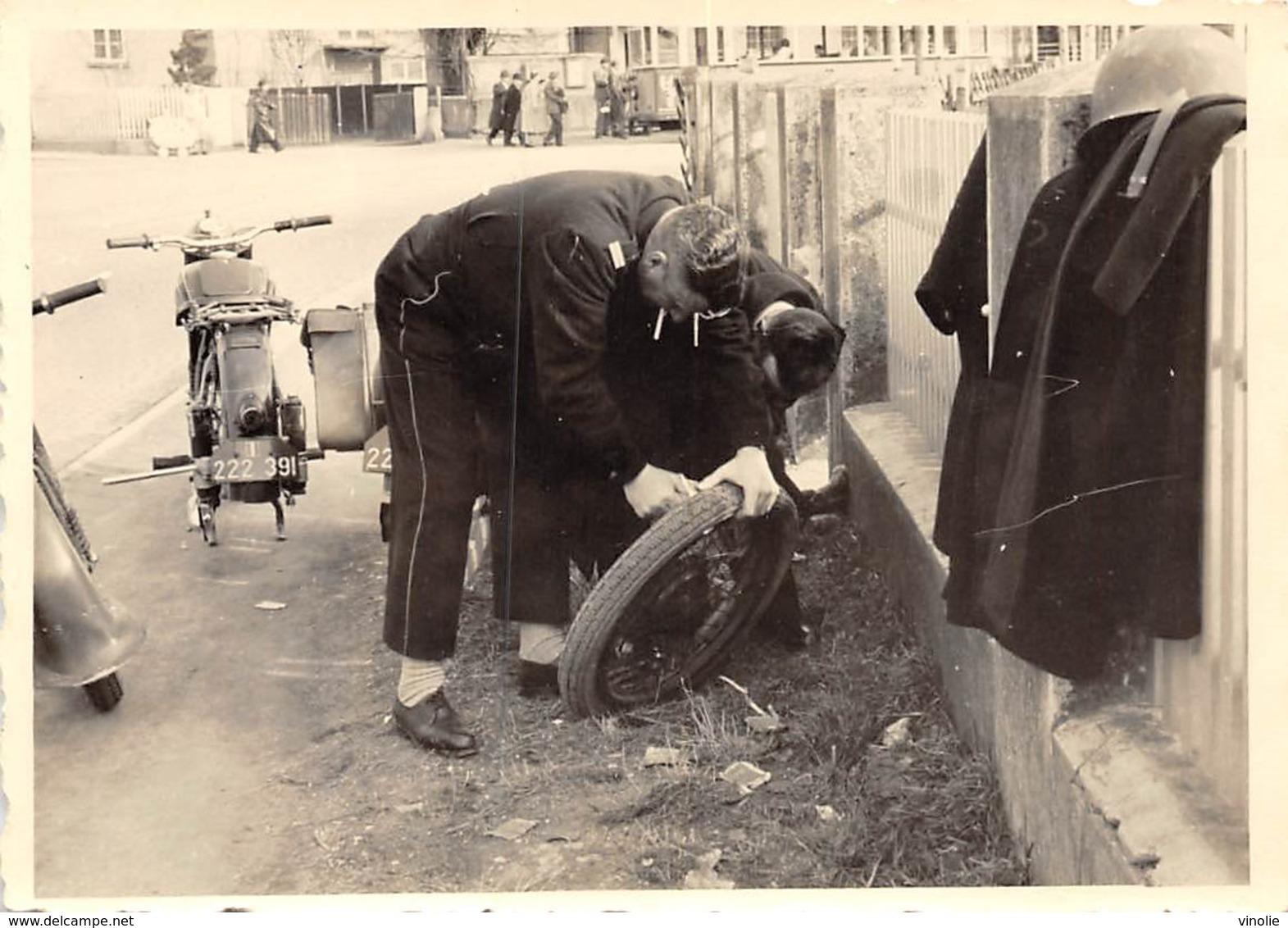 PIE.T.Z19-0052 : PHOTO.  LA CREVAISON A MOTO. LA REPARATION..  PHOTO AMATEUR. FORMAT 10 CM X 7 CM. - Motorbikes