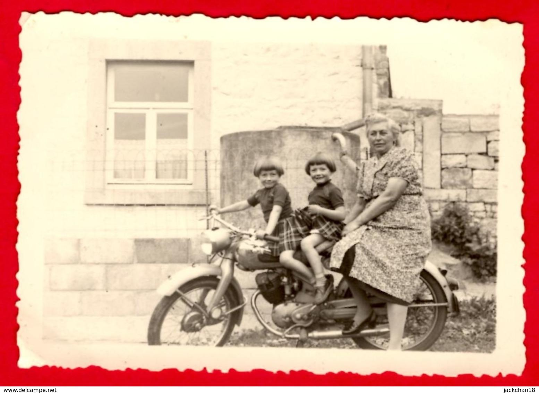 -- MOTOCYCLETTE Avec FILLETTES JUMELLES Et Une Personne Adulte  - Photo Amateur -- - Cyclisme
