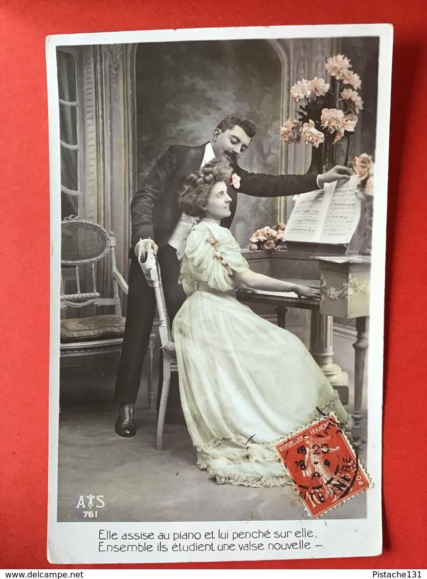 ELLE ASSISE AU PIANO ... BIJ DE PIANO - Femmes