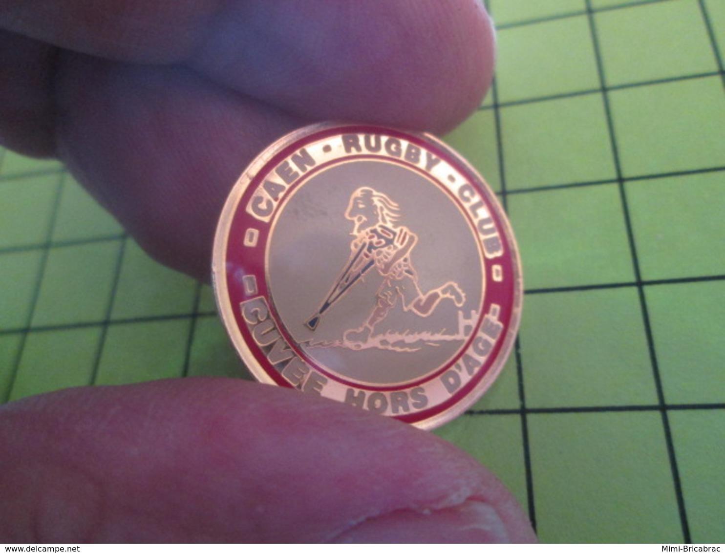 211b PINS PIN'S / Beau Et Rare : Thème SPORTS / RUGBY CAEN RUGBY CLUB CUVEE HORS D'AGE - Rugby