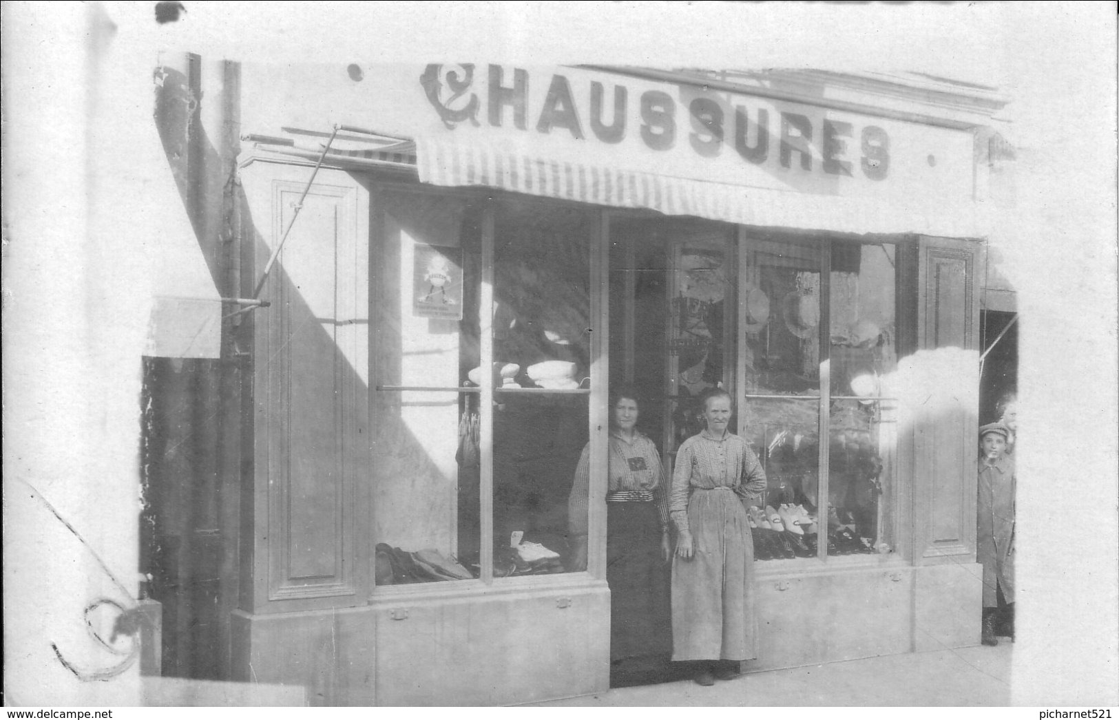 Carte-photo D'ORNANS (Doubs) - Chaussures Henri YUNG, 7 Rue Cusenier. Non Circulée. Bon état. - France