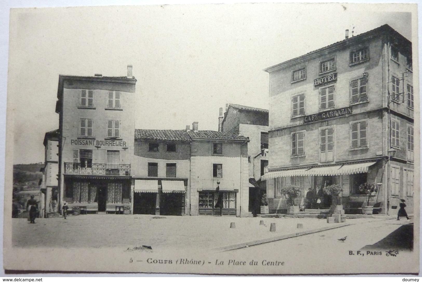 LA PLACE DU CENTRE - COURS - Cours-la-Ville