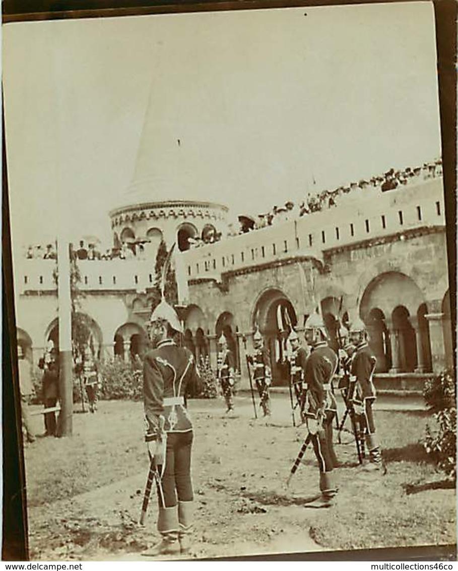010919 - PHOTO ANCIENNE - SERBIE AUTRICHE HONGRIE PAYS DE L'EST ? MILITARIA Uniforme - Garde Soldat Château Casque Plume - Guerra, Militares