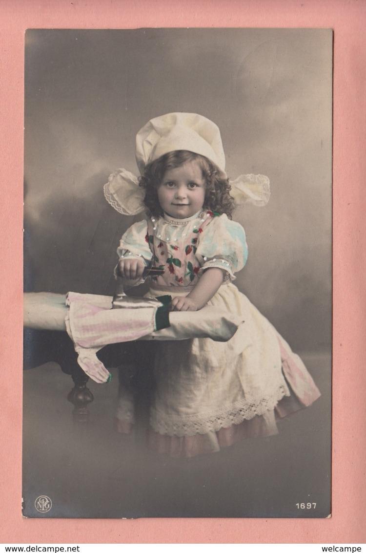 OLD PHOTO POSTCARD - CHILDREN -  GIRL -   IRONING - Portraits