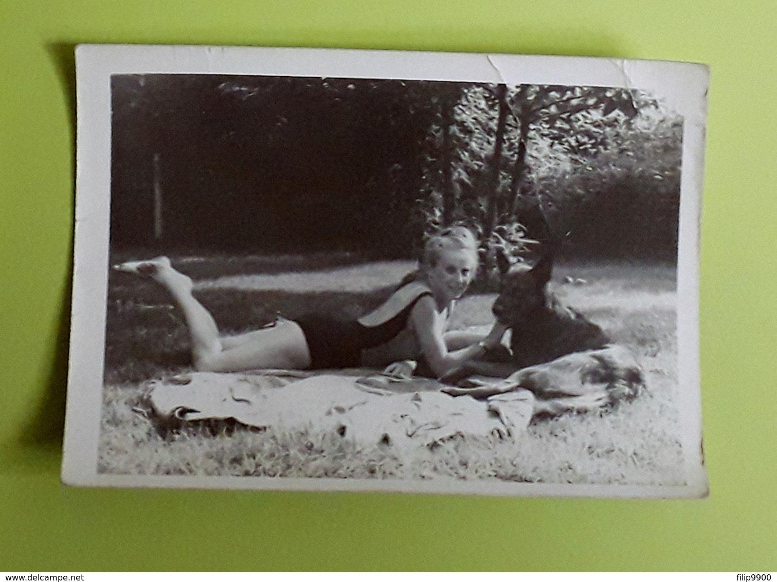 Foto/Photo : Vrouw In Badpak Met Hond | Femme En Maillot De Bain Avec Chien - 9x12.5cm - Personnes Anonymes