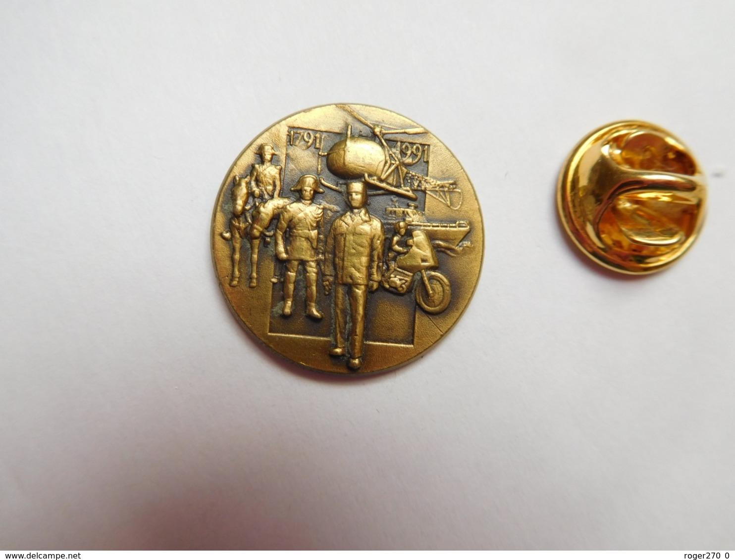 Superbe Pin's En Relief , Armée Militaire , Gendarmerie , Bicentenaire ,  Hélicoptére , Bronze - Militaria